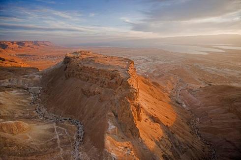 Скалата Масада с руините на крепостта на върха.