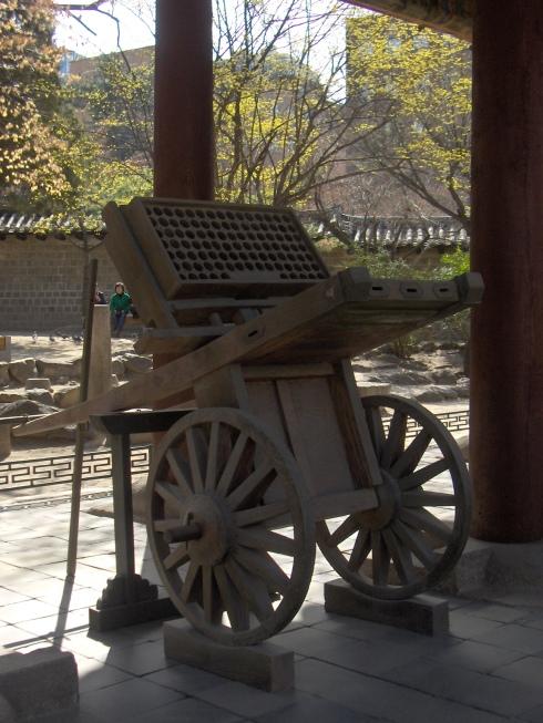 """Хвачха - лесно подвижна остановка за изтрелване на стрели-ракети, използвана от корейците през Средновековието и Новото Време. Тази първобитна """"Катюша"""" била сред основните базирани на барута оръжия, използвани в Корея."""