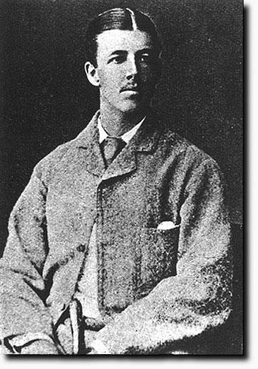Лейтенант Уолтър Хамилтън, носител на Кръст Виктория за храброст. Той е едва на 23 години, когато загива, водейки геройски своите малочислени сили